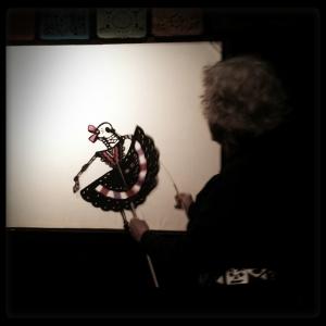 Al frente del escenario, Deb Chase nos muestra como opera las marionetas.